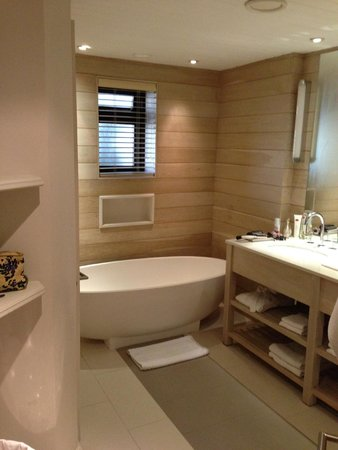 LUX* Belle Mare: Salle de bain de la suite Junior