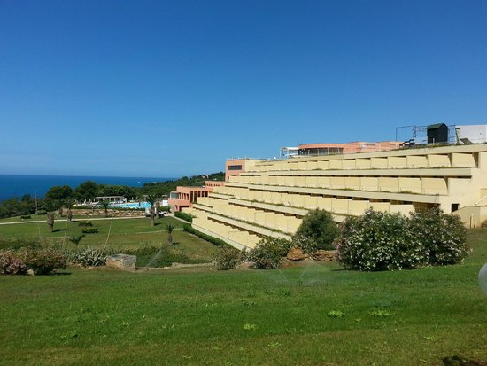 Club Cala Regina: L'hôtel vu de l'arrière du batiment, coté mer