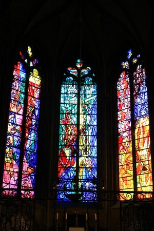 Cathédrale Saint-Étienne : Beautiful stained glass windows by Chagall