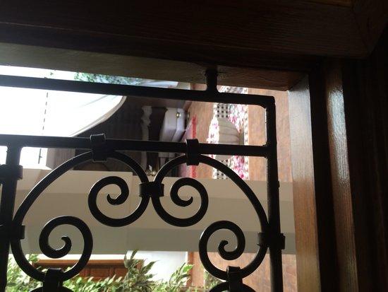 Riad Quara : Notre chambre donnée sur la fontaine au petales de rose!!