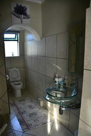 Villa Tarentaal: bathroom with all toiletries