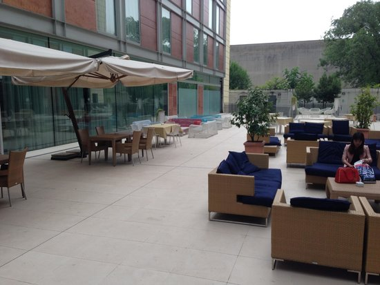Doubletree by Hilton Milan: Atrium several seats and coaches