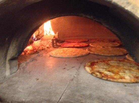 La vera pizza cotta al forno a legna foto di i giardini - I giardini del te ...
