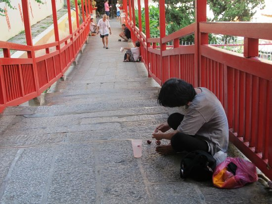 Temple de Kek Lok Si : There were a line of temple beggars.
