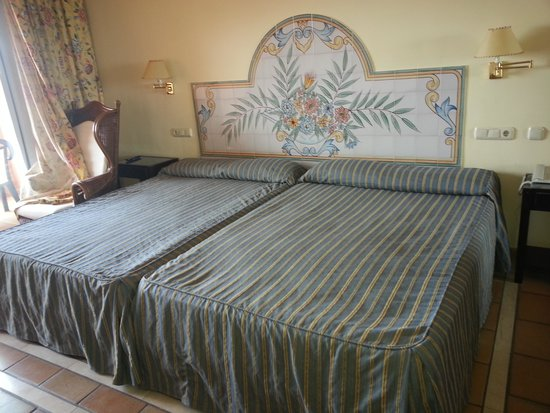 Almunecar Playa Spa Hotel: CAMA ENORME 2 JUNTAS.