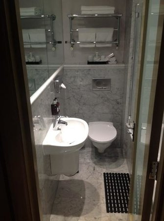 Radisson Blu Edwardian Grafton Hotel: seriously compact bathroom