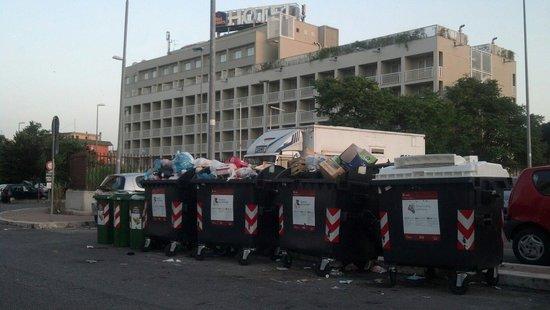 Best Western Hotel Roma Tor Vergata: Best Western Roma garbage dump.