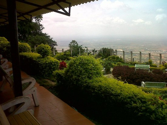 Nandi Hills: VIEW OF THE VALLEY AND FLATS BELOW FROM THE PORCH OF THE 3 STUDIO ROOMS AT HOTEL MAYURA, NANDI H