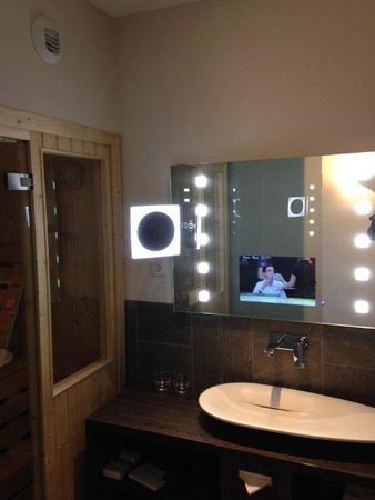 Tv in de badkamerspiegel - Foto van Hotel Mainport Rotterdam ...