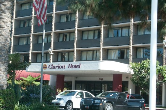 Clarion Hotel Anaheim Resort: The front entrance of the Hotel