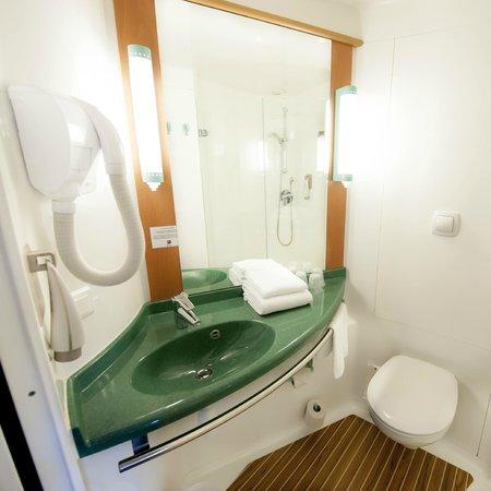 Salle de bain picture of ibis nantes la beaujoire parc for Expo salle de bain