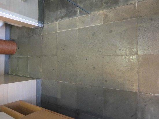 Ossotel: sol de la salle de bains