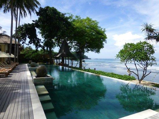 Qunci Villas Hotel: Pool and sea