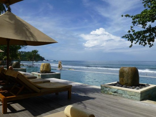 Qunci Villas Hotel: Pool and sea