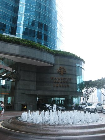 Harbour Grand Kowloon: The hotel entrance