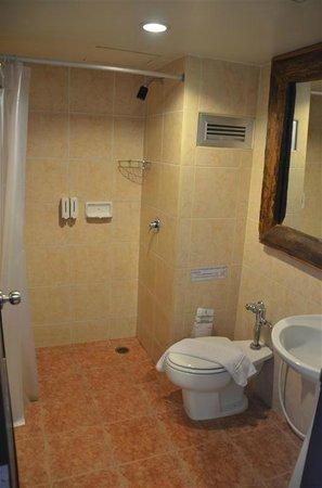 Ao-Nang Sunset Hotel: Clean Bathrooms