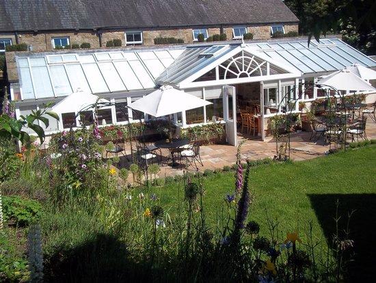 Battlesteads Hotel: Walled garden view to conservatory