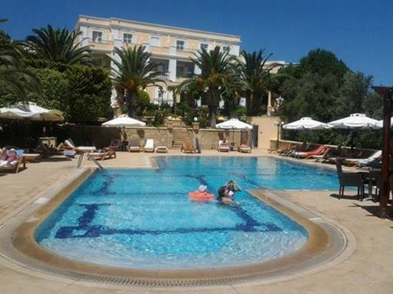 Crithoni's Paradise Hotel: The swimming pool and the west wing of the hotel