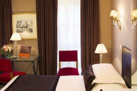 Hôtel des Deux Continents : Chambre Triple // Triple Room