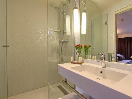 Hôtel des Deux Continents : Salle de bain // Bathroom