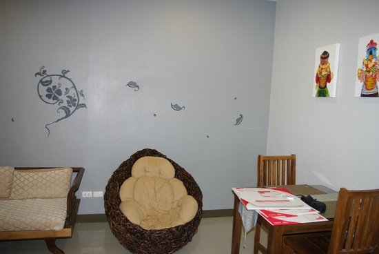 The Opium Serviced Apartment & Hotel : Confortable chair Thaï style