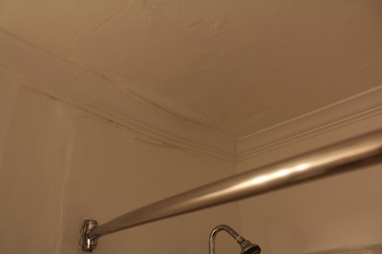 Hotel Aspen InnSuites Flagstaff / Grand Canyon: Bathroom ceiling looked like everything wasnt done right