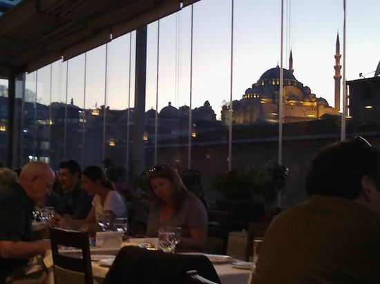 Hamdi Restaurant : It lights up