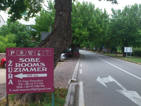 Guest Accomodation Zura: Road sign