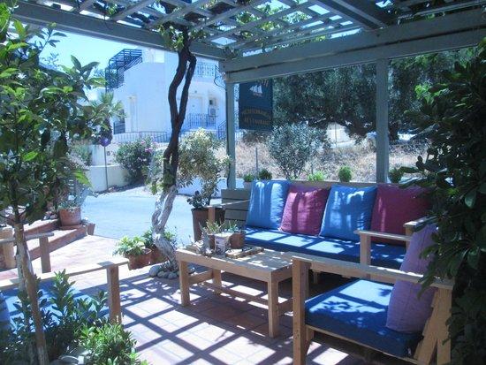 Villa Iokasti: Ingang Iokasti met lounge set