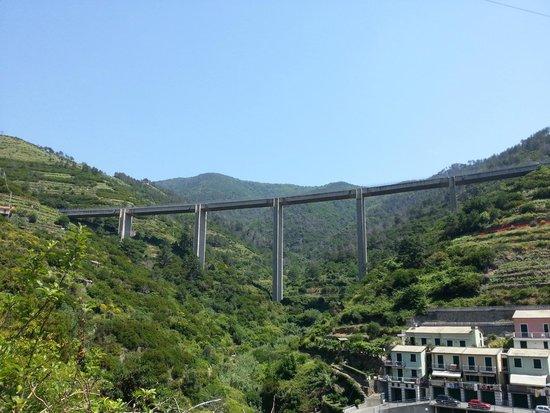 Trail 531 Riomaggiore to Manarola: View of bridge near the start