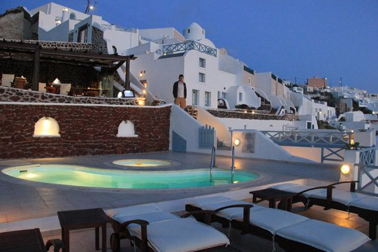 Ilioperato Traditional Apartments: Pool overlooked by bar/restaurant