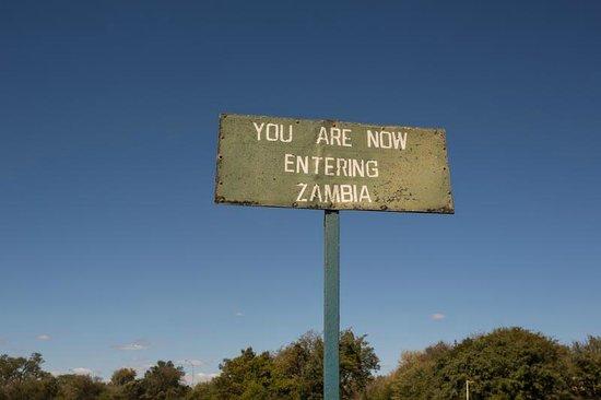 Mosi-oa-Tunya / Victoria Falls National Park : entering Zambia from the Zim border