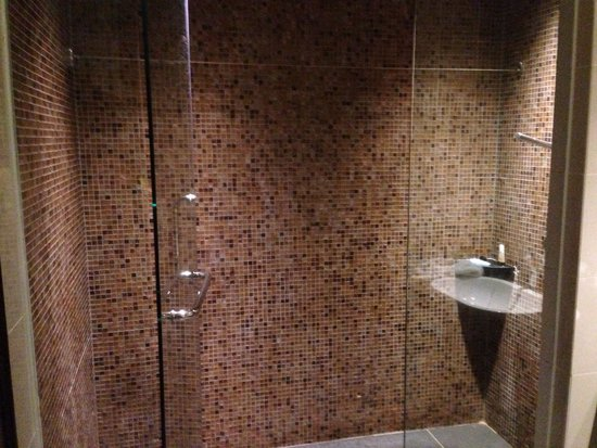 Hotel Sixty3: Bery big bathrooms, love the water pressure on the shower