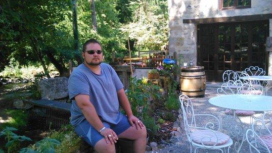 Le Moulin des Templiers : Posé tranquille sur le muret de la terrasse.