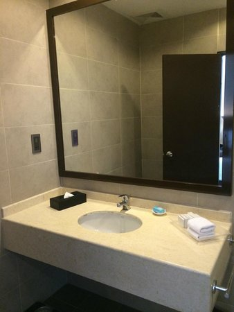 Furama Bukit Bintang: Bathroom sink