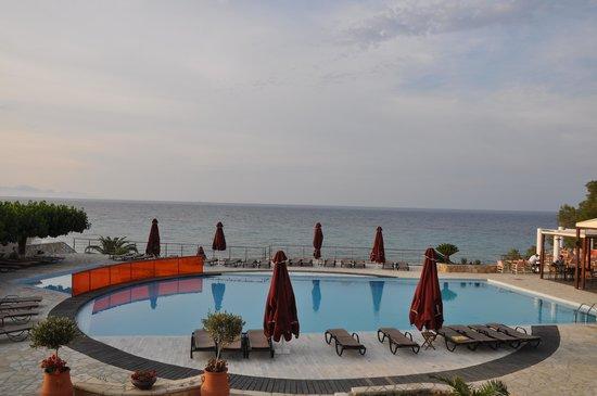 Tsamis Zante: Widok z tarasu przed hotelem na basen i morze