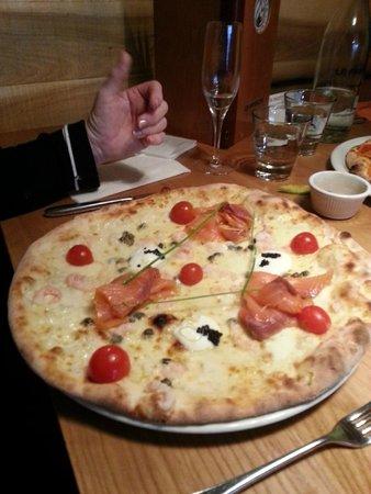La Favorita Restaurant Leith Walk: Salmon pizza