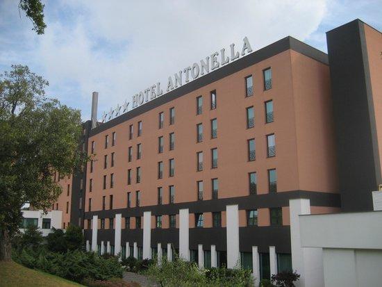 Hotel Antonella: Esterno lato verso Pontina