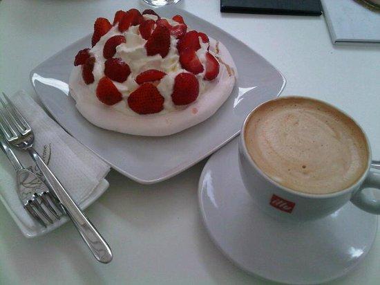 Creme de la Creme : Pavlova with fresh strawberries