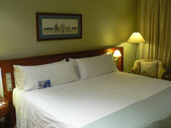 Tryp Madrid Alameda Aeropuerto Hotel: кровать
