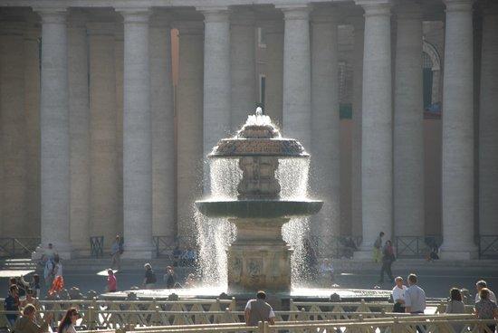 Musées du Vatican : Фонтан на площади перед собором св. Петра