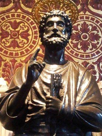 Musées du Vatican : Статуя св. Петра в соборе