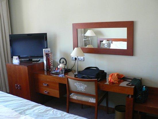 Tryp Madrid Alameda Aeropuerto Hotel: стол и минибар