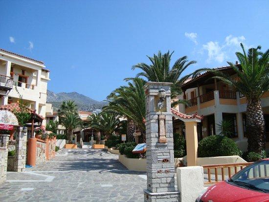 Kampos Village Resort: Eingang zur Hotelanlage