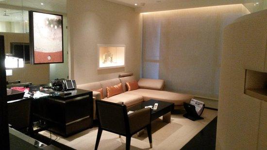 The Landmark Mandarin Oriental, Hong Kong: Lounge area of room