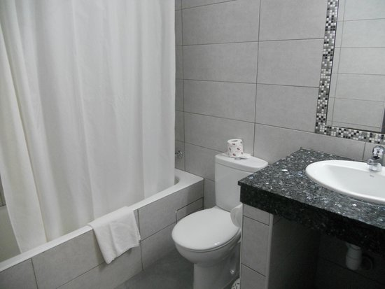 Damon Hotel Apartments: Bathroom of a one bedroom apartment