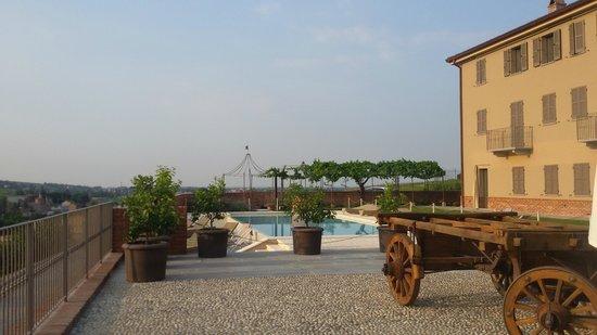 Cascina Faletta 1881: piscina e facciata