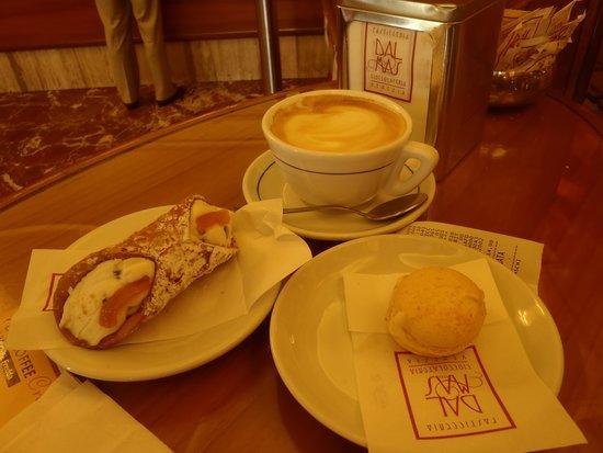 Dal Mas Pasticceria : Cannolli and macaron