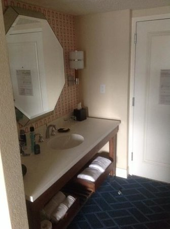 Sheraton Lake Buena Vista Resort: vanity part of room outside of bathroom