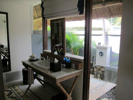 Sudamala Suites & Villas Senggigi: Open Air Bathing